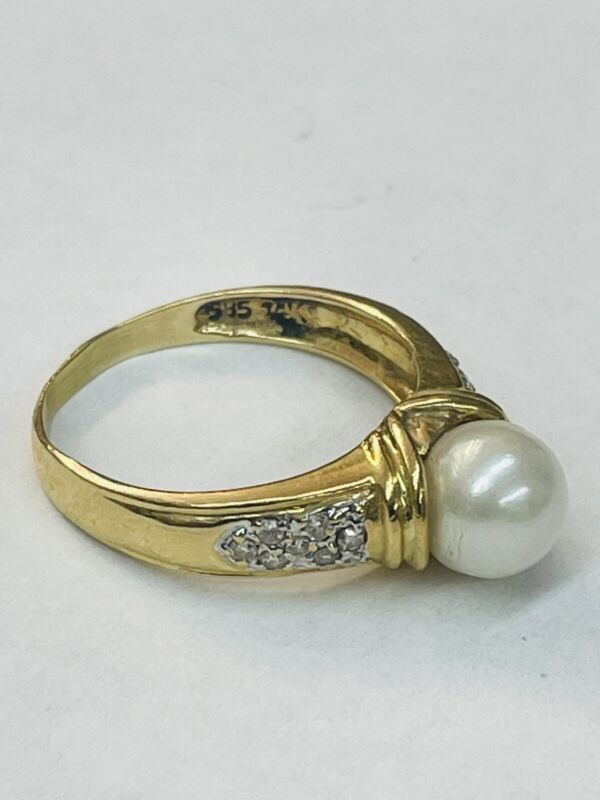 14k Diamond and Pearl Ring Modern and Classy design! Offered by AITUZZI JEWELRY