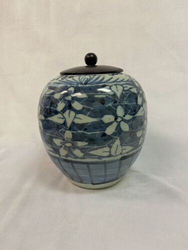 Chinese blue white melon jar with wooden lid. Height 7.5 inch