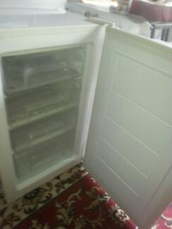 UPRIGHT FREEZER WITH 4 PULL OUT DRAWERS G.C. GOOD SEALS