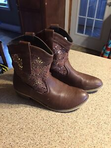 Ladies boots size 8   $5.00