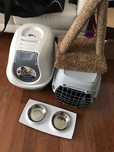 Litter box. Cat crate and cat scratcher / toys