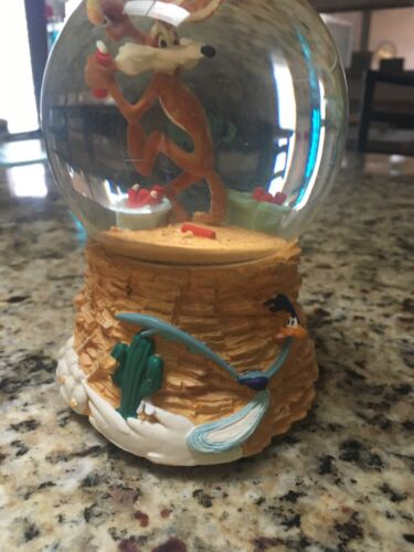 Vtg. Wiley the Coyote and Roadrunner 🎶 Musical 🎶  Snow globe 1997