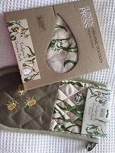 LINEN PRESS MATCHING OVEN GLOVES and APRON Seaforth Manly Area Preview