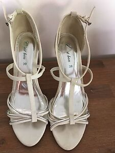 WHITE AND SILVER STRAPPY STILETTOS SIZE 39 ( 8) Hope Island Gold Coast North Preview