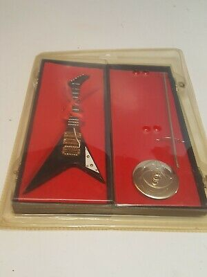 Guitarra electrica miniatura flecha negra 18 cms con estuche y peana