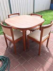 Dinning table - extendable Wattle Grove Liverpool Area Preview