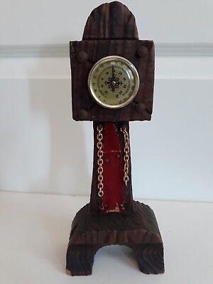 Altes Thermometer an Holzständer befestigt. Vintage Exemplar