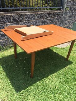 Extendable dining table FREE