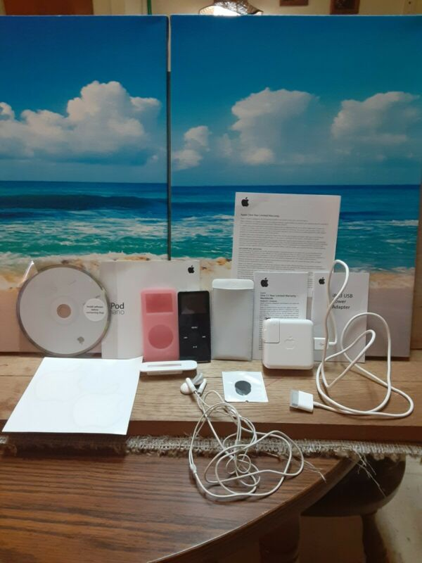 Apple iPod nano 1st Generation Black (2 GB) w/Headphones/Case/Charger/Case