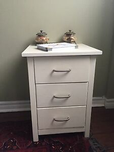 2 matching white 3 drawer night stands