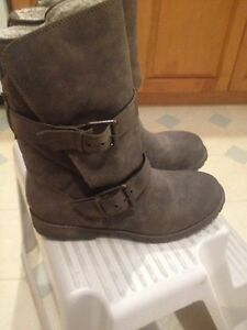 New Roxy boots size 9.5
