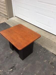 Table de salon en bois franc ( livraison disponible)