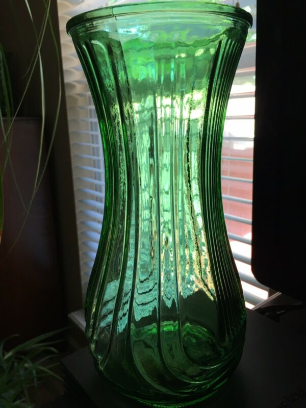 "Hoosier Green Glass Vase 💚Approximately 91/2"" Tall Excellent Condition💚"