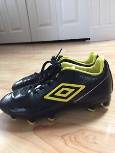 Size 13.5 Umbro Youth Soccer Cleats