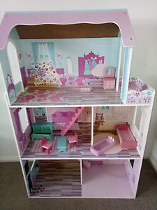 Large doll house $10 Freshwater Cairns City Preview