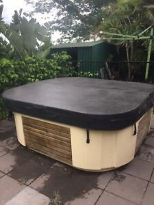 Spa lid with 8 locks in Top shape