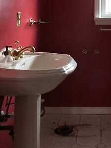 Pedestal Sink in Excellent Condition (including brass faucet)