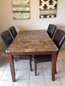 Gorgeous dining table and chairs in great condition!