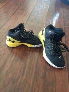 UA Basketball shoes kids size3.5 clutch fit