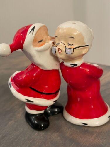 VINTAGE INARCO JAPAN MR AND MRS SANTA CLAUS FIGURINES KISSING SALT PEPPER