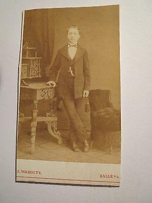 Halle a. S. - 1875 - Herr Jaculi als Konfirmand im Anzug in Kulisse / CDV