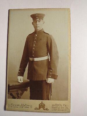 Berlin - stehender Soldat in Uniform / CDV Kronen-Atelier Friedrich-Straße