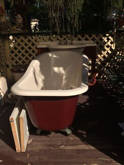 BEAUTIFUL CLAW FOOT BATHTUB VINTAGE SINK AND CABINET AND TOILET