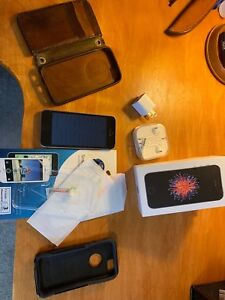 IPhone SE 16GB + Accessories