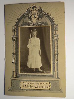 stehendes Mädchen im Kleid mit Kerze - Erste Heilige Kommunion / KAB