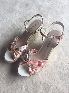 VERY CUTE FLORAL BOW WEDGES SIZE 9