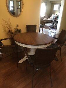 Beautiful Pedestal Table and four Pier One Chairs