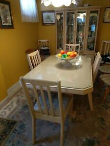 Excellent condition - Dining Room Table, Chairs & China Cabinet