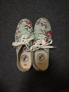 Casual Floral Slip-ons Waratah West Newcastle Area Preview