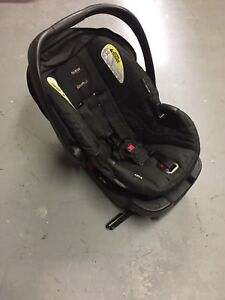 BRITAX CAR SEAT WITH BASE.  MINT.