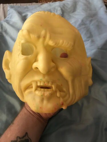 1986  Cesar  Glow in the Dark Vampire/Dracula mask Vinyl