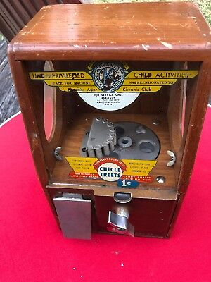 VINTAGE WOODEN VICTOR PENNY GUMBALL VENDING MACHINE WITH KEYS AND ORIGINAL GLASS