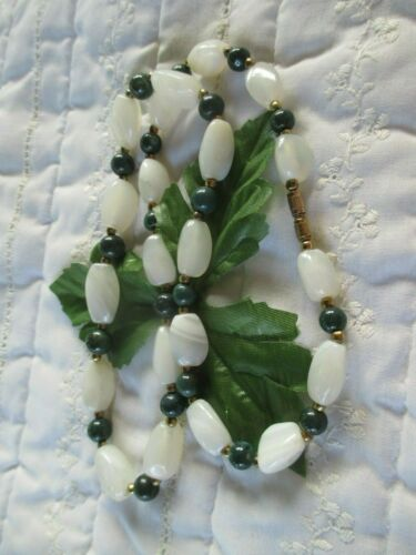 """VINTAGE JADE BEAD AND WHITE AGATE HAND MADE 22"""" NECKLACE"""