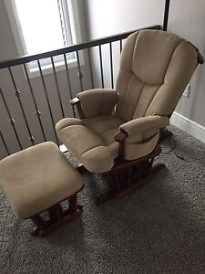 Nursery glider with ottoman