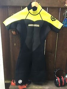 Women's size 5/6 wetsuit in good condition