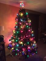 7 Foot High beautiful Christmas tree with built in Pine Cones