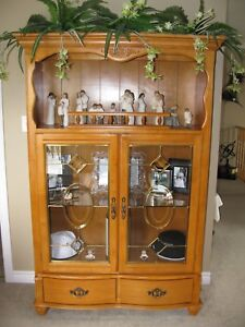 Dining Room/Kitchen Table/6 Chairs/Matching Hutch