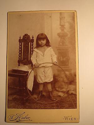 Wien - stehendes Kind - Matrosen-Anzug Hut Reifen Stuhl - Junge ? Mädchen ? KAB ()