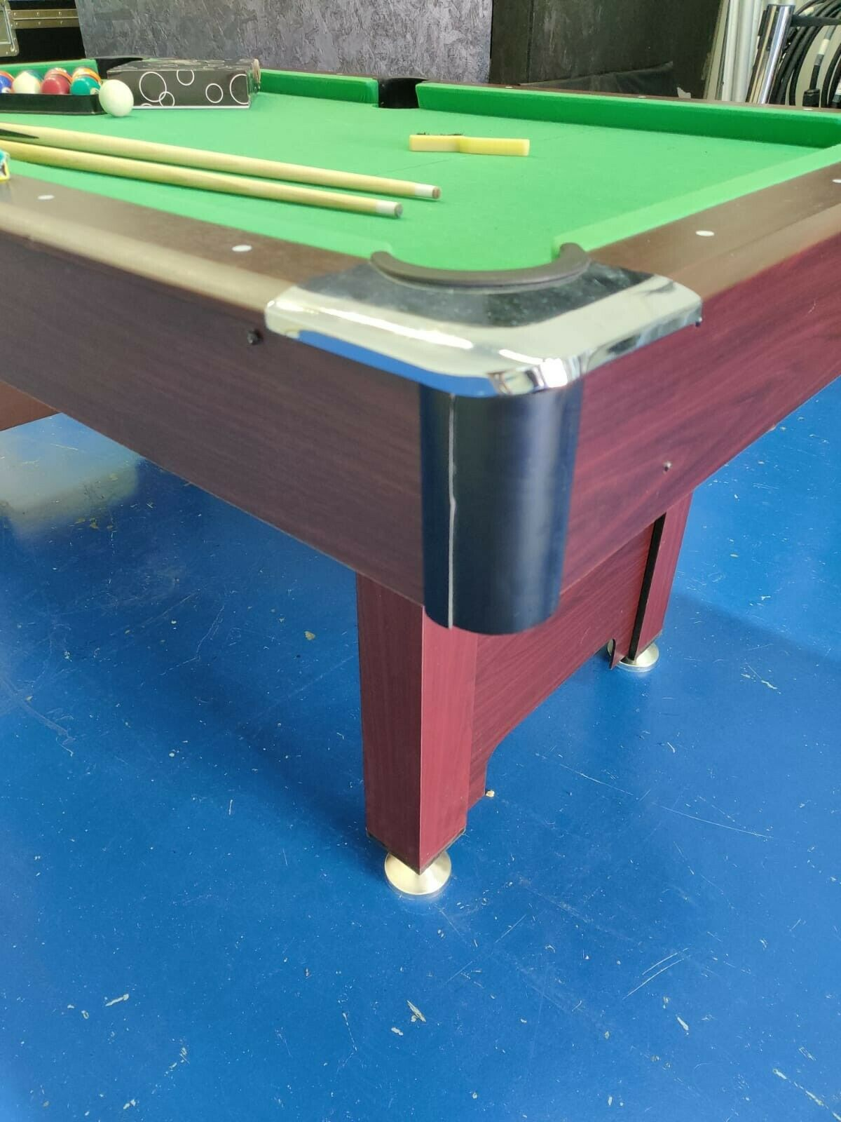 6ft Pool Table with removable legs inc accessories