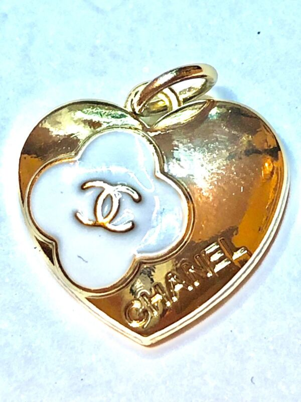 One  Stamped 100% Chanel Button 1 pieces 💋zipper pull white 0,7 in heart