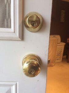Door locks knob and dead bolt keyed the same 2 keys