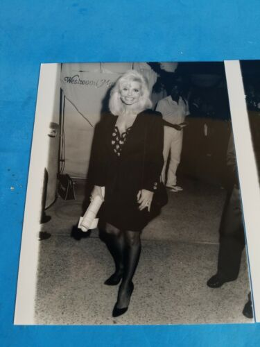 VTG PRESS CELEB PHOTOS.9 X7 .A LOT OF 2 LONI ANDERSON PHOTOS FROM 1991. - $19.99