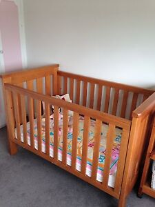 Stylish Boori Cot and matching Change Table Bar Beach Newcastle Area Preview