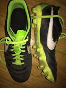 Size 9 soccer boots and large shin pads Kincumber Gosford Area Preview