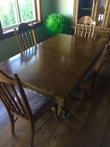 Dining room table and matching Buffet/ Hutch