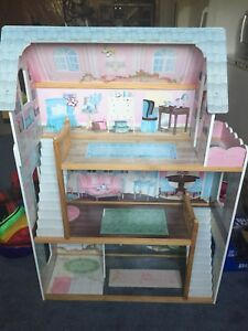 Doll house - good condition